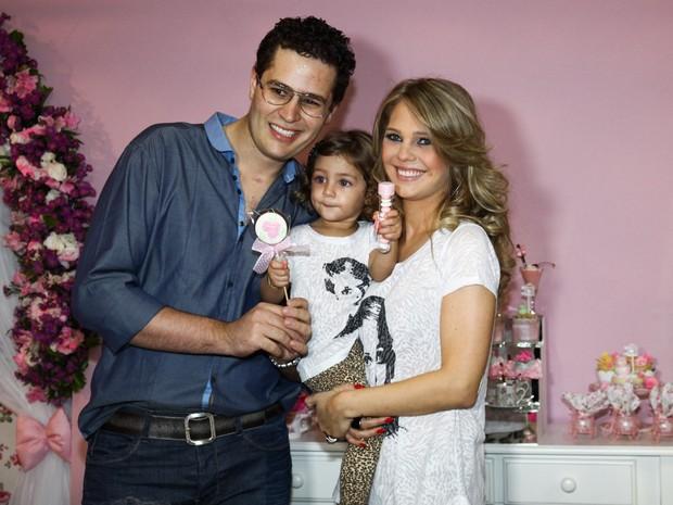 Pedro Leonardo com a mulher, Thais, e a filha do casal, Maria Sophia, em festa (Foto: Manuela Scarpa/ Foto Rio News)