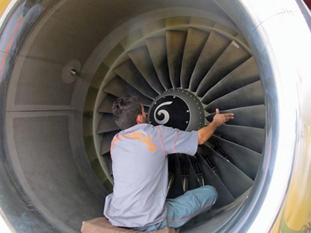Funcionário faz manutenção de turbina (Foto: Simone Cunha/G1)