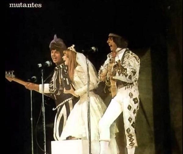 Rita com Arnaldo e Sérgio na capa do álbum Mutantes (1969): vestido de noiva foi emprestado por Leila Diniz  (Foto: Reprodução)
