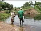 Prefeito tira ponte de cidade do TO e moradores fazem travessia pela água