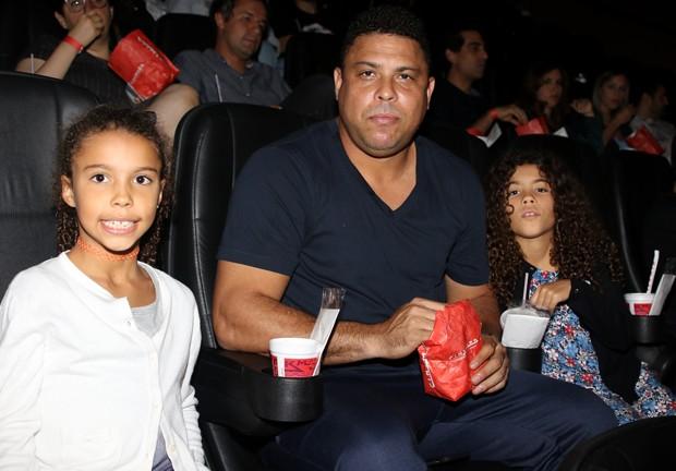 Ronaldo com as filhas Maria Alice e Maria Sofia (Foto: Thiago Duran/AgNews)