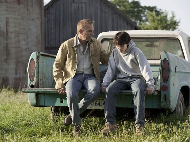 Jonathan Kent (Kevin Costner) e Clark Kent (Dylan Sprayberry) em cena de 'O homem de aço' (Foto: Divulgação)