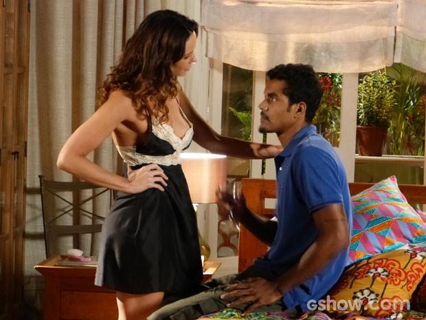 Juliana provoca Jairo com roupa sensual (Foto: Em Família/TV Globo)