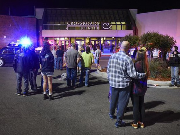 Grupo na entrada do Crossroads Center Mall, onde ocorreu esfaqueamento em massa (Foto: Dave Schwarz/St. Cloud Times via AP)