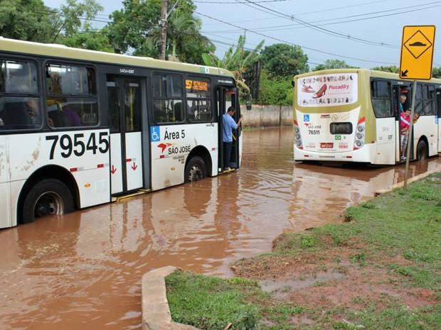 Ônibus que apresentaram pane após tentar passar por inundação na rua 10B, de Vicente Pires, no Distrito Federal (Foto: Nathália Moreira/Arquivo Pessoal)