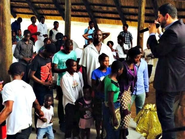 Acreano Tyago Campelo em culto na igreja em Moçambique (Foto: Arquivo da Família)