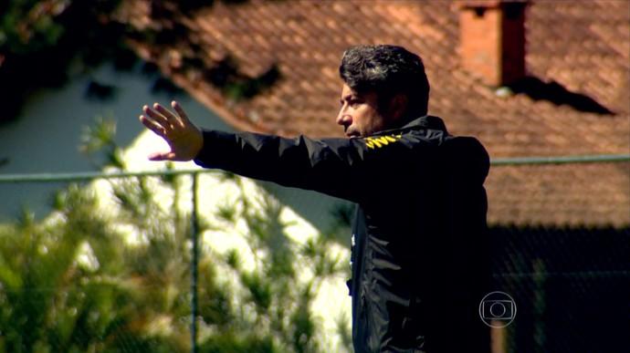 Alexandre Galo a procura da solução (Foto: Reprodução TV Globo)