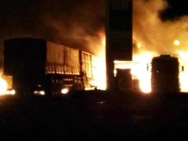Caminhões ficaram destruídos após incêndio em posto de combustíveis (Foto: Divulgação/Polícia Militar)