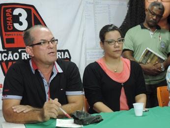 Presidente do Sindicato dos Rodoviários, Custódio Benílson (esquerda), explica que categoria continuam mobilizada mesmo com reajuste mantido pelo TST (Foto: Luna Markman/ G1)