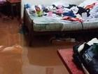 Córrego transborda após chuva e água invade casas em Oliveira
