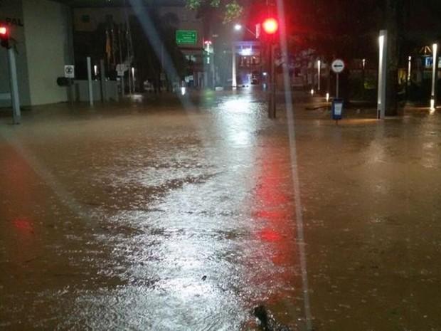 Chuva alagou uma das ruas de Catanduva na região central (Foto: TEM Você)