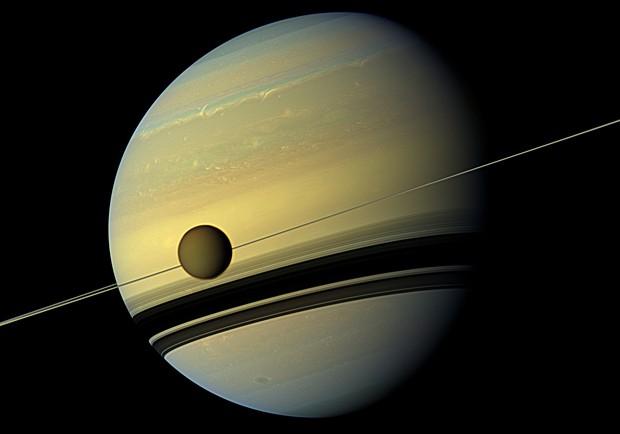 Saturno e Titã, uma de suas dezenas de luas, em 31 de agosto de 2012 (Foto: HO/Nasa/AFP)