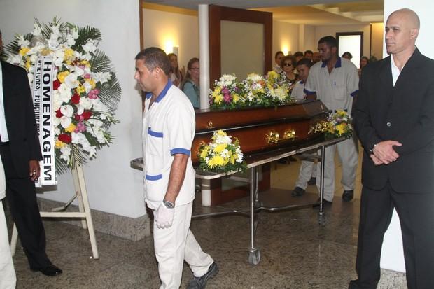 Corpo de Yoná Magalhães segue para cremação (Foto: Anderson Borde/AgNews)