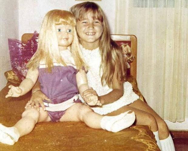 Xuxa com boneca na infância (Foto: Divulgação / Xuxa Produções)