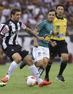 Lucas Pratto disputa bola na partida entre Caldense e Atlético-MG (Foto: Douglas Magno)