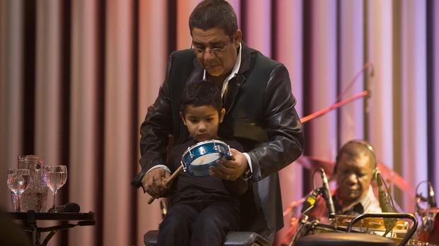 Zeca Pagodinho ensina neto a tocar tamborim no ensaio do Msica Boa Ao Vivo (Foto: Andr Bittencourt/Multishow)
