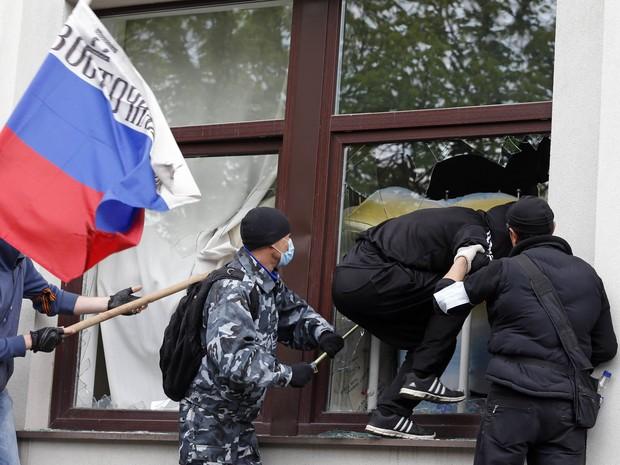 Ativistas pró-Rússia atacam o prédio da administração regional em Luhansk, leste da Ucrânia (Foto: Vasily Fedosenko/Reuters)