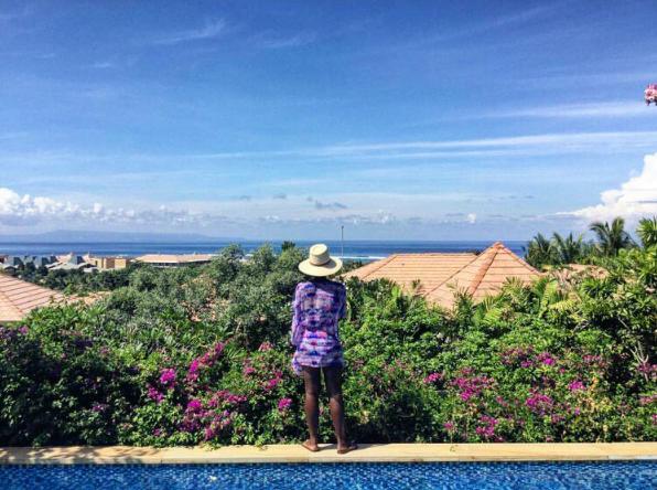 Lupita apreciando o visual da piscina do hotel em que está hospedada em Bali (Foto: Reprodução / Instagram)
