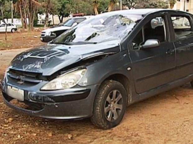 Carro seguia para São Paulo com o parabrisa trincado (Foto: Reprodução / TV TEM)