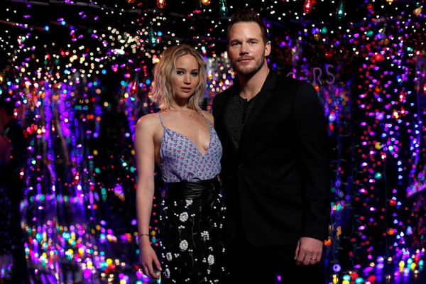 Jennifer Lawrence usa look decotado para divulgar filme com Chris Pratt