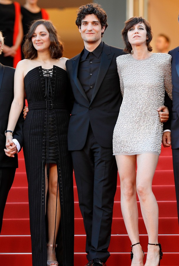 "CANNES, FRANCE - MAY 17:  (L-R) Marion Cotillard, Louis Garrel and Charlotte Gainsbourg attend the ""Ismael's Ghosts (Les Fantomes d'Ismael)"" screening and Opening Gala during the 70th annual Cannes Film Festival at Palais des Festivals on May 17, 2017 in  (Foto: Getty Images)"