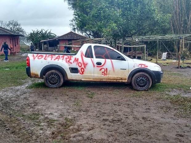 Carro também foi pichado na fazenda (Foto: Lauri Lopes/Arquivo Pessoal)