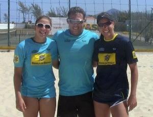 Rebecca (CE)/Lili (ES) e o técnico Elmer Calvis, em Saquarema (Foto: Reprodução/Facebook)