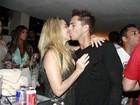 Danielle Winits troca beijos com o namorado em festa no Rio