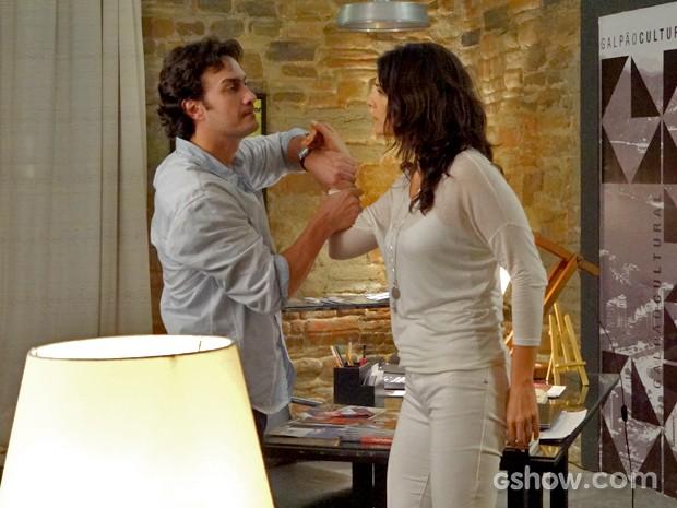 Verônica tenta dar tapa na cara de Laerte (Foto: Em Família/ TV Globo)