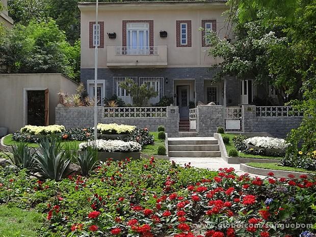 Na Casa Verde, os lares vivem de portas abertas e os jardins são lindos!  (Foto: Sangue Bom/TV Globo)