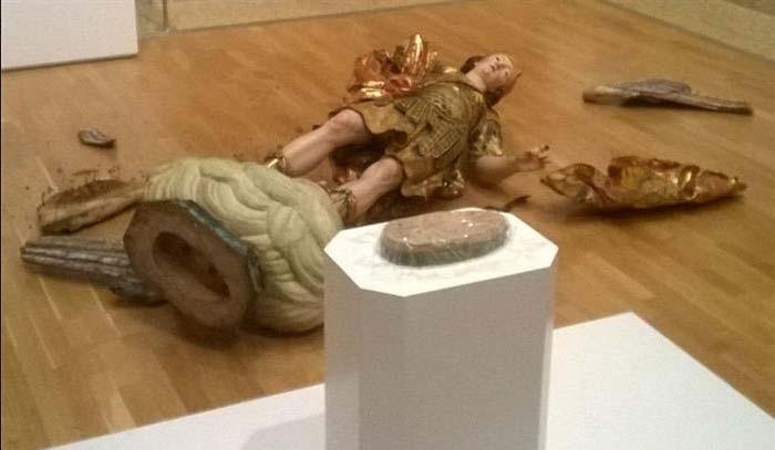 Turista brasileiro derrubou estátua em museu em Lisboa acidentalmente (Foto: Reprodução/ Facebook/ Gabriela Maria Urbano)
