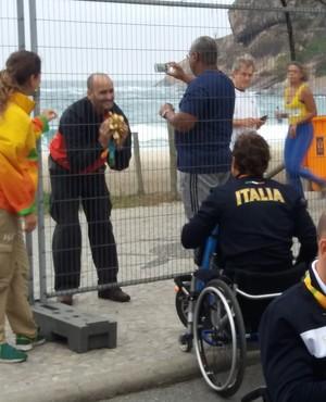 Descrição da imagem: fã recebe Tom de pelúcia de Alex Zanardi na Paralimpíada (Foto: Pedro Lopes)