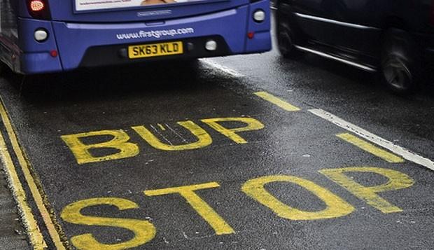 Erro de grafia em sinalização em rua de Bristol, na Inglaterra, virou hit nas redes sociais (Foto: Reprodução/Twitter/I100)