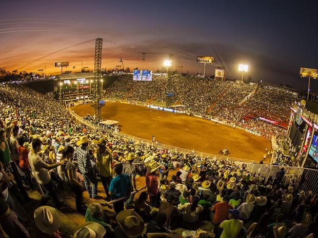 Arena do Parque do Peão está lotada. Público acompanha as finais das provas de montarias enquanto o por do sol deixa a tarde de Barretos ainda mais bonita. (Foto: Felipe Albertoni/G1)