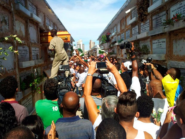 Enterro de dançarino do Balé Folclórico da Bahia, em Salvador (Foto: Ruan Melo/G1)