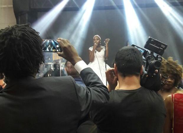 Angélica Ramos solta a voz e canta 'É primavera' (Foto: Divulgação)