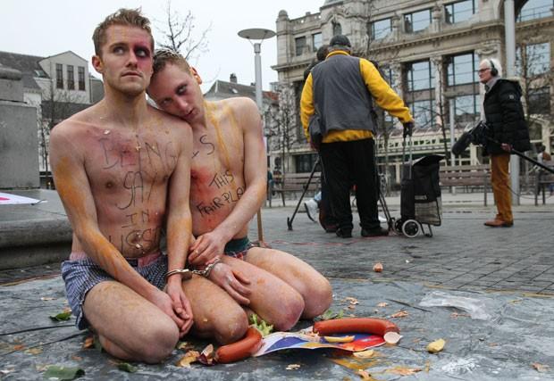 Ativistas pelos direitos dos homossexuais fizeram um protesto nesta quinta-feira (6) na Antuérpia, na Bélgica, contra os crimes e humilhações motivados pela homofobia na Rússia. (Foto: Yves Logghe/AP)