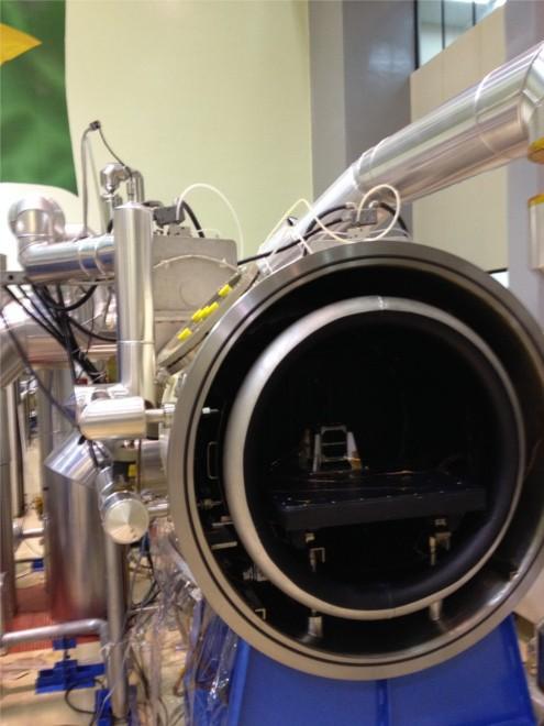 NanosatC-BR1 no interior de câmara vacuotérmica, durante testes realizados no Inpe (Foto: Divulgação/Inpe)