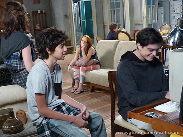 Junior dá risada com a performance de Giovana como número 2 (Foto: Malhação / TV Globo)
