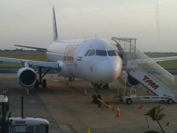 Avião fez pouso de emergência (Foto: Liniker Ribeiro/TV Morena)