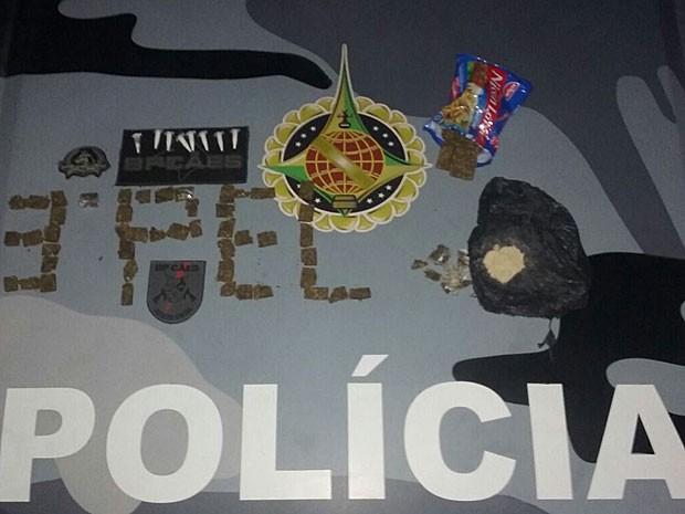 Porções de droga achadas em pacote de macarrão instantâneo e enterradas perto de abacateiro no DF (Foto: Polícia Militar/Divulgação)