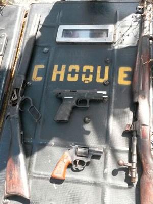 Fuzis foram apreendidos durante operação na zona Oeste de Natal (Foto: Camila Torres/Inter TV Cabugi)