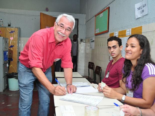 Alexandre Cardoso vota em uma escola municipal de Duque de Caxias (Foto: Fotos: Divulgação)
