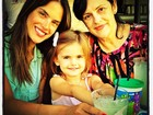 Beleza em família: Alessandra Ambrósio posa com a mãe e a filha
