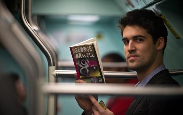 Pedro Henrique Dias está lendo '1984', de George Orwell (Foto: Arquivo/Raul Zito/G1)