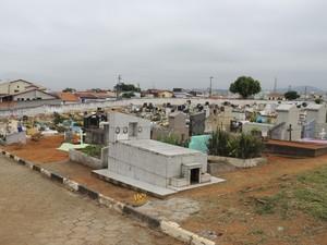 Zezinho trabalha no Cemitério da Saudade, em Mogi das Cruzes (Foto: Pedro Carlos Leite/G1)