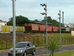 Radares são instalados na Av. Maria Antonia Camargo de Oliveira, em Araraquara (SP) (Foto: Ely Venâncio/ EPTV)