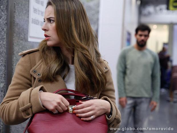 Na cena, Paloma está tensa e é observada por Ninho (Foto: Amor à Vida/TV Globo)