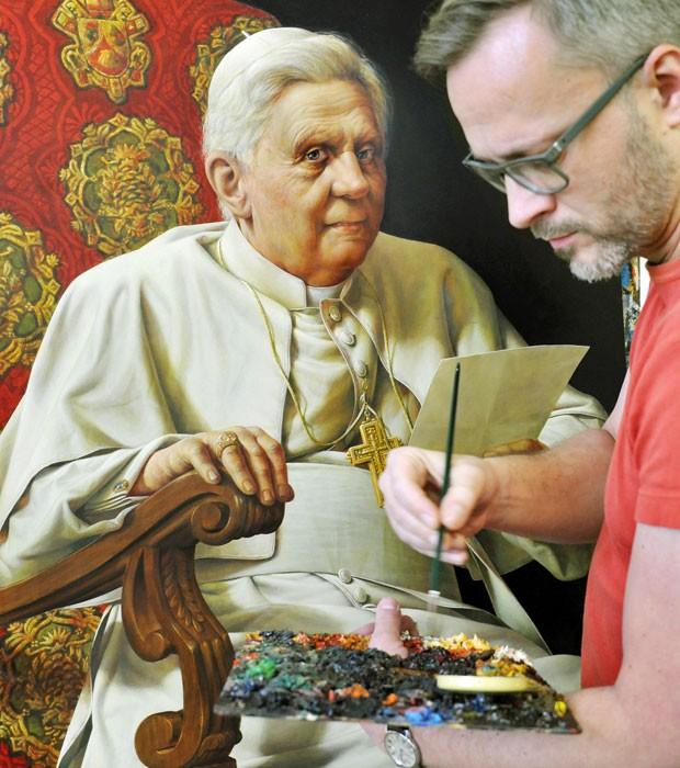Artista Michael Triegel, conhecido como 'pintos do Papa', trabalha em seu estúdio em Leipzig, na Alemanha (Foto: AP)