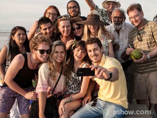 Teve até 'selfie' no dia de gravação de Agatha Moreira e Sacha Bali (Foto: Inácio Moraes/TV Globo)